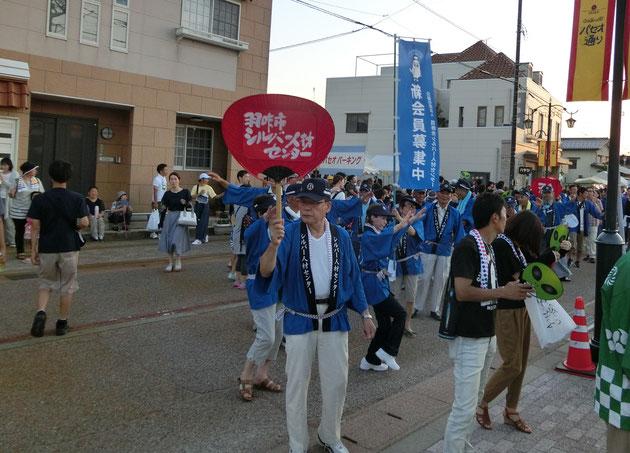 赤い団扇を持った菅野理事長を先頭に踊り進むシルバーチーム