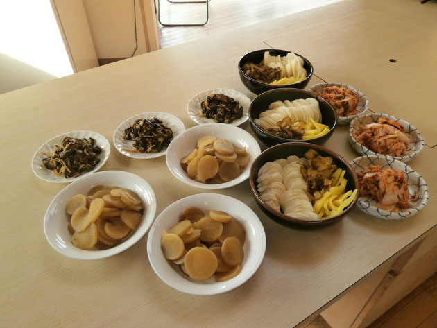 会員がそれぞれ持ち寄った〝我が家の味〟の漬け物の数々!