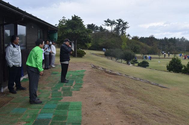 須野原会長のホイッスルを合図に、一斉にプレー開始!