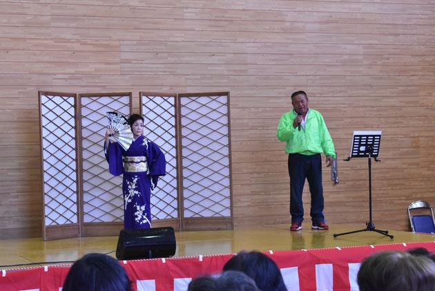 ひより会の歌と踊り(歌は山出勝会長さん) 立派な仮設舞台と本格的な音響設備も提供してくださいました。