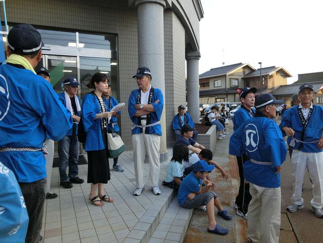 踊りパレード開始時刻まで北國銀行羽咋支店前で待機。すでに周辺はたくさんの人でごった返しています。