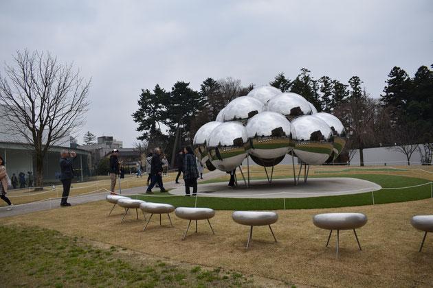 金沢21世紀美術館にて。開館10周年を記念して作られたオブジェ「まる」