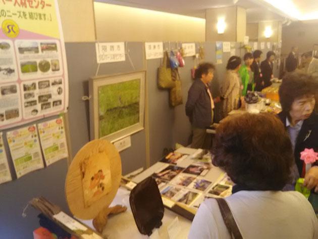 羽咋市シルバーの展示ブース~山崎泰春会員の日本画(非売品)は購入希望の方も。