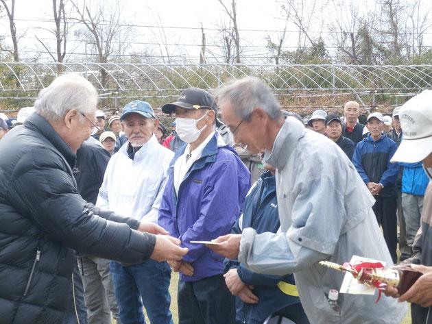 2位に入賞して、須野原会長(左)から賞品を授与される井上俊治さん