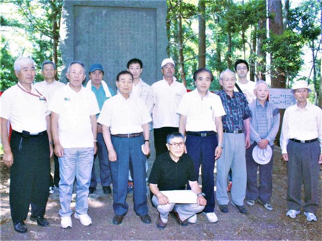 「萩荘護園会碑」前での記念写真 ※会員以外の人も含む