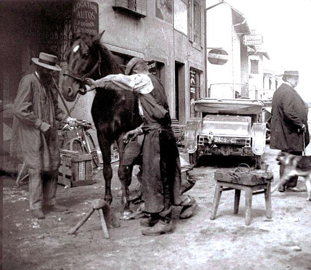 """Maréchal-ferrant dans la rue actuelle """"Jean Miguet"""" à Hauteville-Lompnes, face à la brasserie des tilleuls"""