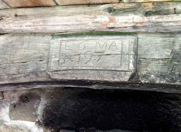 Date de construction sur l'arc en bois, surplombant la gueule d'un four de grosse ferme isolée du Plateau