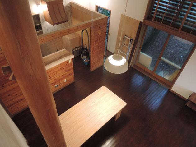 床は楢の無垢材なので研磨して再塗装