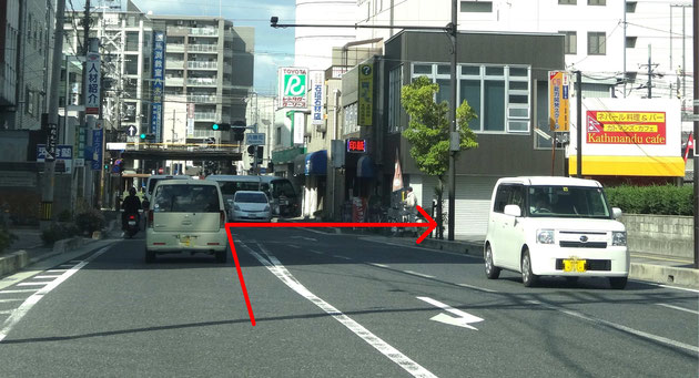 国道24号線を逆側(南側)から走ってくると、ドコモショップさんがある交差点(柳町)があります。その交差点を過ぎて80メートルほど進むと右側に小さな脇道があり、黄色いひさしのお店が見えます。その脇道へ右折して下さい。