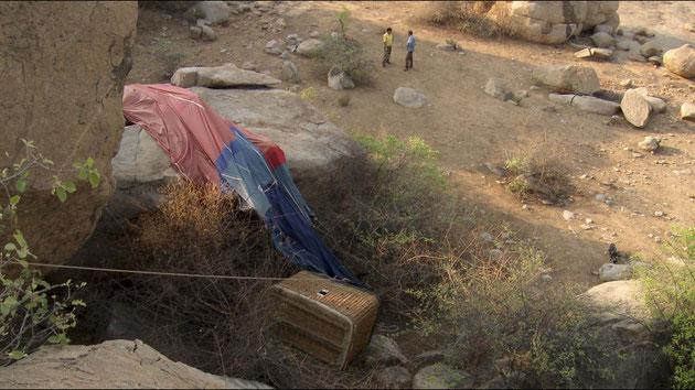 Abgestürzter Heißluftballon mit Korb liegt zwischen Felsen