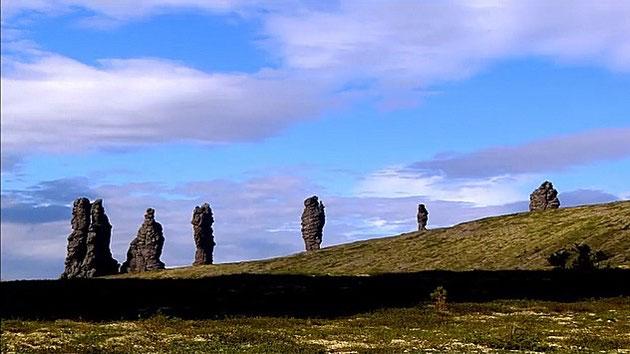 Sieben große Felsformationen auf einem Hügel im Uralgebirge