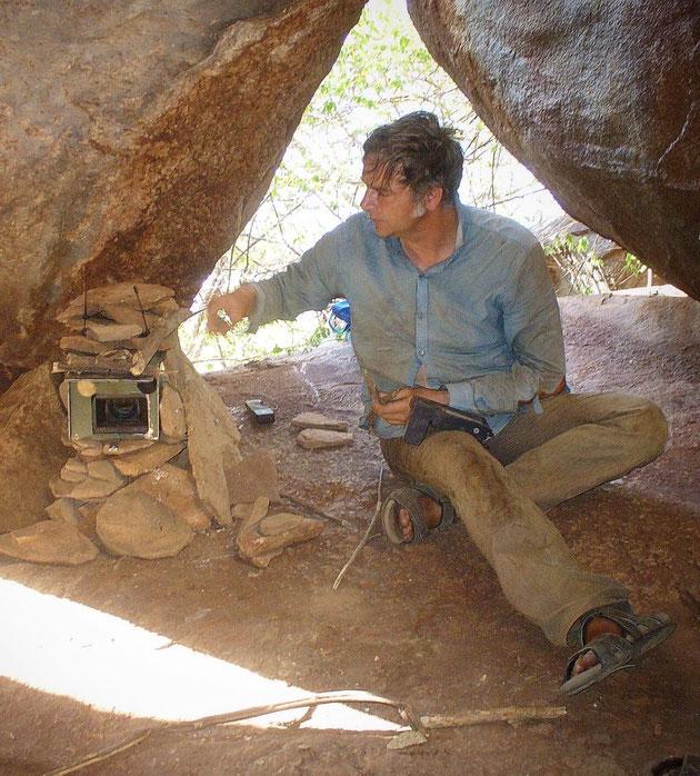 Kamera wird unter Steinen in einer Bärenhöhle versteckt