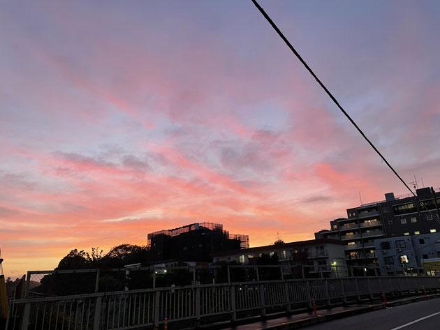 下に中央線が走る、橋の上から(2021.5.19撮影)。  清少納言の『枕草子』の影響からか、一般的に夕焼けというと  秋の印象が強いですが、俳句では夏の季語です。