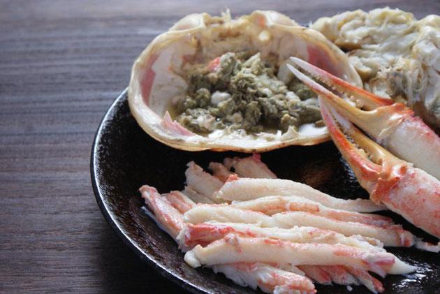 福井でとれた 越前かに_オスのズワイガニ_をお客様にお送りするその日の朝に茹で、特製の蟹酢をつけ、A4版の「天たつ特製 写真図解付き蟹の食べ方しおり」をつけてお送りいたします