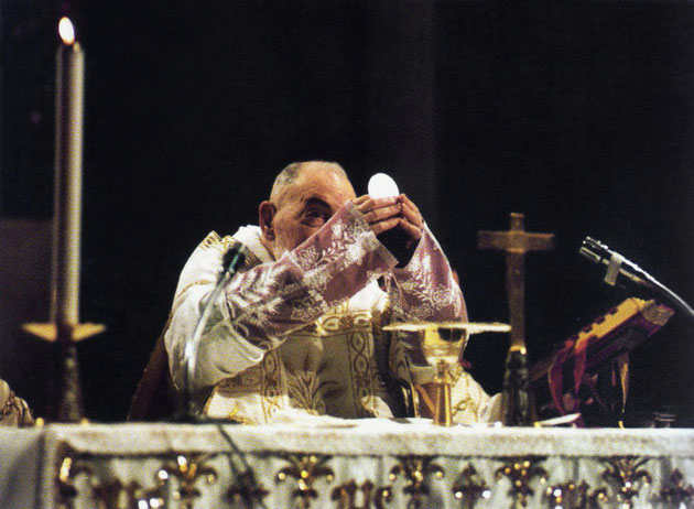 Padre Pio celebra la Santa Eucaristia