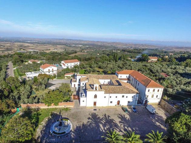 Verso nord, le Piane di Larino e, oltre le basse colline, il mare Adriatico