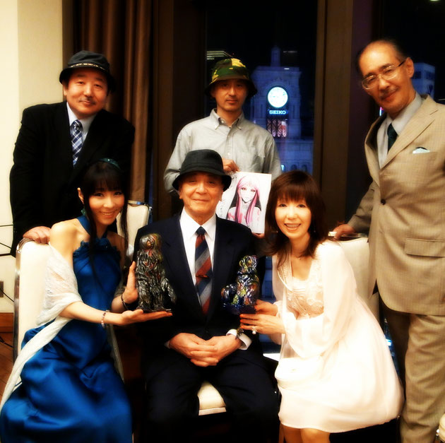池田憲章(後列左)、赤松和光マーミット社長、西川伸司色紙、聖咲奇、西塔紅美(前列左)、マーミット・ヘドラ(大)、坂野義光、マーミット・ヘドラ(小)、麻里圭子