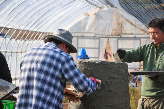 マスオーブンの外壁の仕上げ。ラスメタルにモルタルを塗るのは難しい作業です。