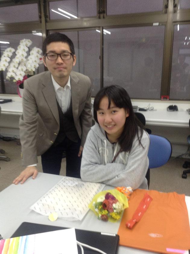 千代田区立九段中学合格者と公立中高一貫受検副責任者との合格祝いスナップ