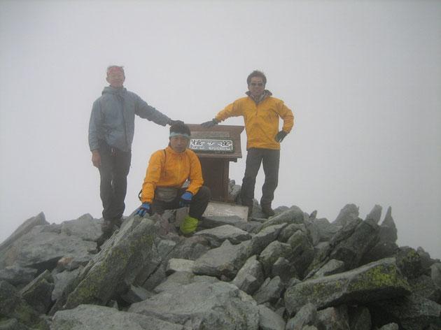 ついに槍ヶ岳山頂へ。展望はほとんど無し。残念。