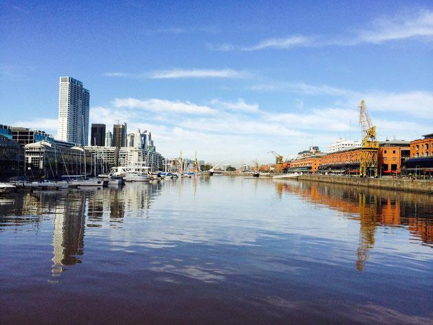 ブエノスアイレス市内運河沿いに国際会議の会場がある。