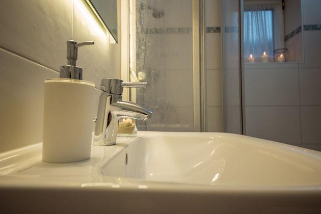 Großes Waschbecken & zahlreiche Ablagemöglichkeiten