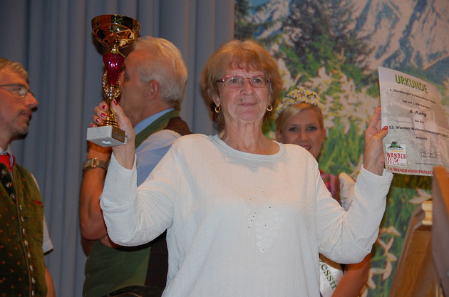 Unser Volkssportwart Betty mit Pokal und Urkunde