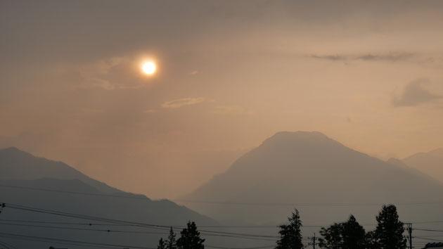 幻想的な夕日と有明山
