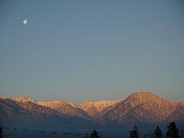 朝日に映える「有明山と月」