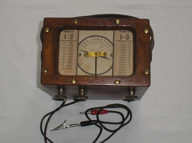 Unbekannter Hersteller - Bussolengalvanoskop zur Bestimmung von festen Leitungswiderständen. - Fertigungsjahr ca. 1889 - 1890