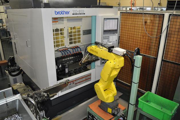 一部量産品についてロボットアームによる自動化を行っています。