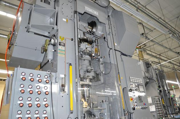 弊社で保有している最大の成形プレス機械(200t)となります。