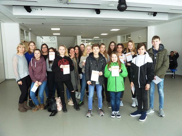 Geehrte Schüler und Schülerinnen der Klassen 6-9 mit Verbindungslehrerin C. Ziegler-Wegner