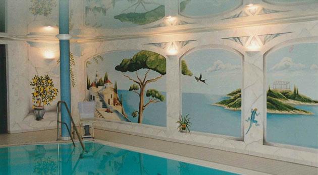Private Schwimmbadbemalung, Vorgabe war eine mediterrane Landschaftsmalerei und die vorhandenen Wandleuchten integrieren, Wandlänge 11 Meter. Das Schwimmbad wurde rundherum mit Fasadenfarbe bemalt