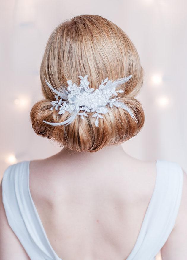 Fascinator aus Federn und feinster Spitze für die Braut in Weiß oder zur Tracht.