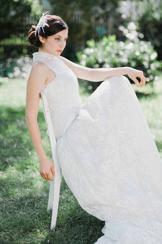 Romantisch, verspieltes Headpiece aus Federn und feinster Spitze, geschmückt mit süßen Perlen und Pailletten.  Ein exquisiter Haarschmuck für den verspielten Braut-Look. Sagenhaft apart! Hochzeits Haarschmuck!