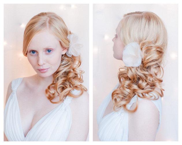 Haarblüte in Pastelltönen aus feinster Seiden-Organza, veredelt mit einem strahlenden Kristallstein für die Braut.