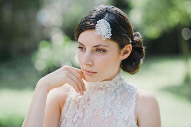 """Entzückend: kleine Haarblüte aus feinster Spitze, die von süßen Perlen und Pailletten umspielt werden.  """"Charlene"""" ist der ideale Begleiter für die Braut die einen kleine feinen Akzent setzen möchte!"""
