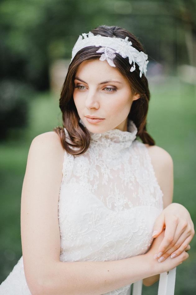 Verspielter, zarter Vintage Haarband mit einer Applikation aus feinster Spitze, die von süßen Perlen und Pailletten umspielt werden. Das Haarband wird hinten einfach zu einer Schleife oder Knoten gebunden.