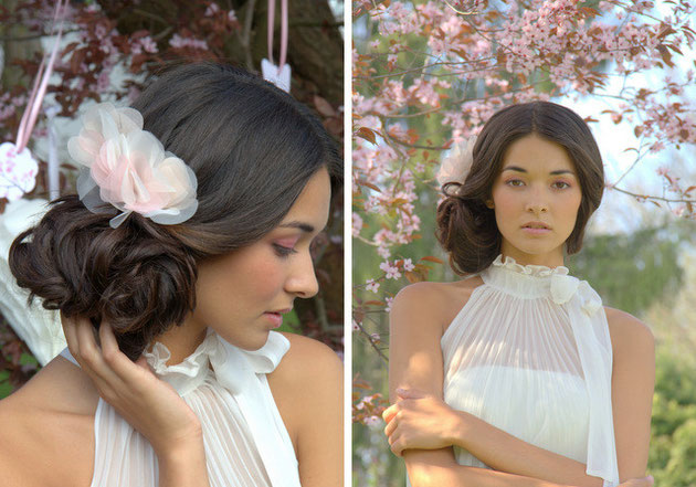 Ein Blütengesteck in Pastelltönen aus wunderschönen filigranen Seidenorganza-Blütenblättern in rosa, apricot und ivory.