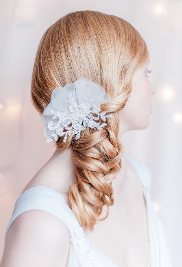 Headpiece aus Spitze die mit zarte Blüten aus Seidenorganza veredelt ist für die Braut in Weiß oder Standesamt.