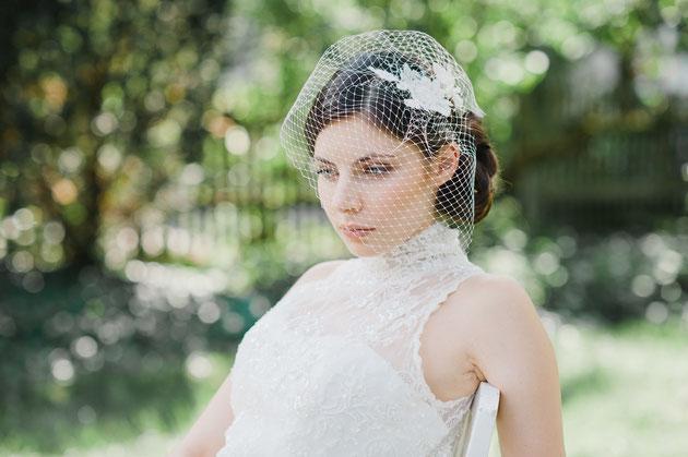 Ein wunderschöner Fascinator für die Braut aus feinster Spitze, umspielt von einem zarten Netzschleier der für einen geheimnisvollen Look sorgt. Hochzeits Haarschmuck.