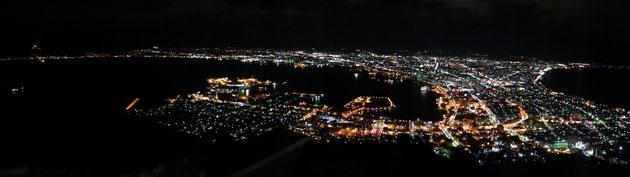 定番の函館山からの百万ドルの夜景です。周りは中国・台湾人ばかりでした!