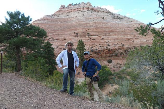 米国ユタ州ザイオン国立公園にある2億年前の砂漠の地層を前に、研究室学生の庄崎君と。2億年前のパンゲア超大陸時代における大気大循環の様子を、当時の風向きが保存される砂漠の地層を利用することで調べています。 また火星の地層に見られるものと類似した特徴を示す地球の地層とを比較検討することで、太古の火星の環境を復元するという研究もしています。