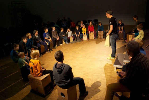 Schlagwerk Cajón Workshop für Kids im Kulturhaus Karlshorst in Berlin November 2013