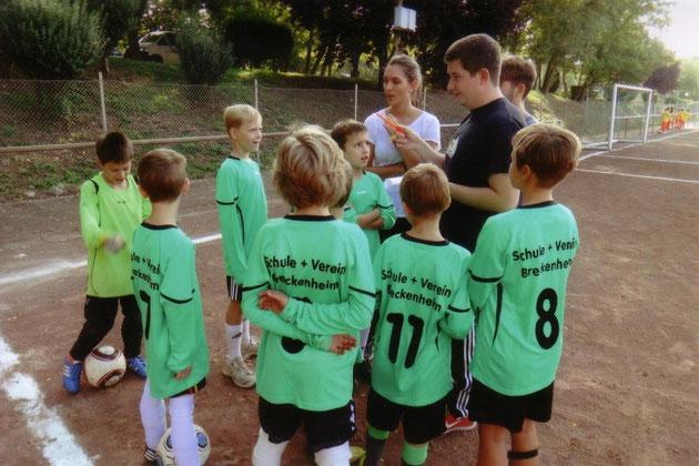 Foto 2: die neuen Fußballtrikots von hinten