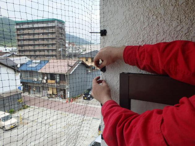 ベランダ箇所防鳥ネット取り付け作業中写真