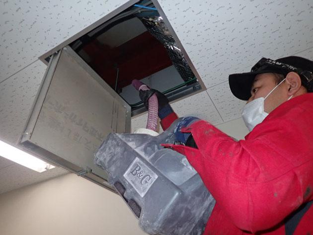 殺鼠剤を天井内に散布しての駆除施工写真