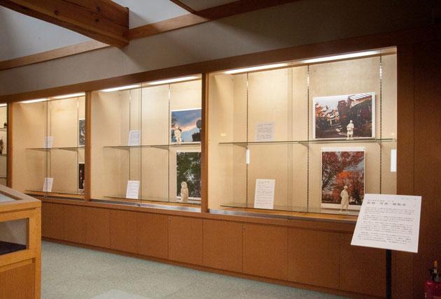 彫塑館2階奥ガラスケース内の展示風景
