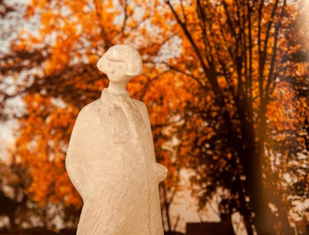 グループ2の作品と、長沼孝三の彫塑